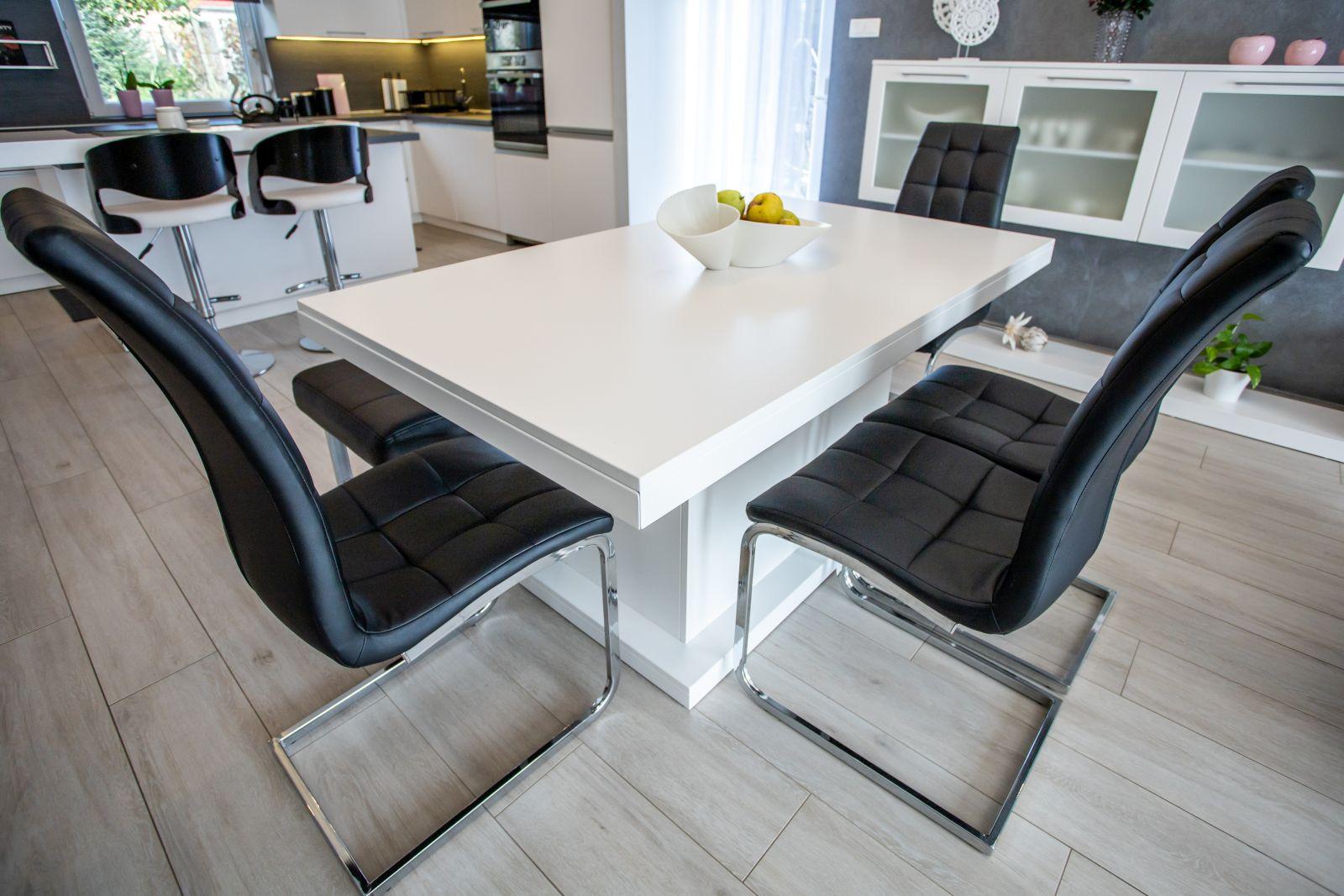 Selyemfényű fújt MDF étkezőasztal, bővíthető kivitelben